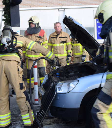 Motor  van auto vliegt in brand voor het Slingeland Ziekenhuis in Doetinchem