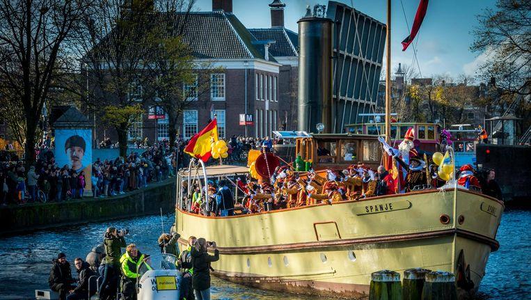 Sinterklaas vaart langs metrostation Waterlooplein Beeld anp