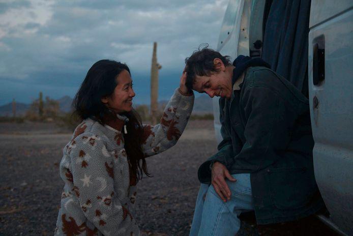 Regisseur Chloe Zhao en actrice Frances McDormand op de set van 'Nomadland'.