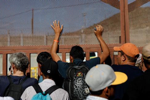 Foto van 500 migranten proberen Mexicaans-Amerikaanse grens over te steken