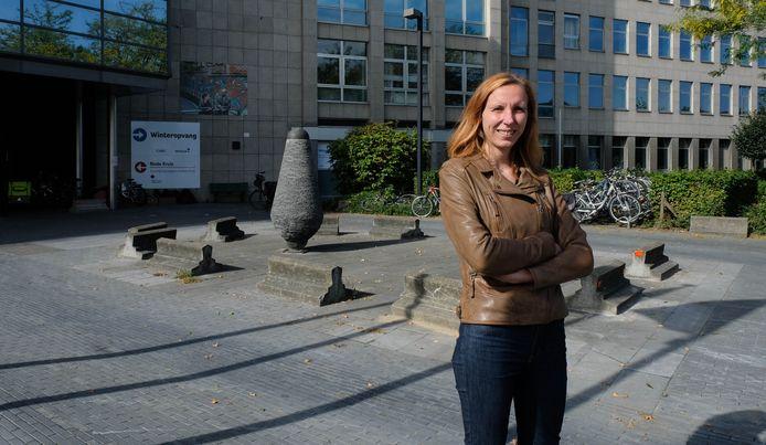 Katrijn Clémer voor het vaccinatiecentrum in wording aan de Zwartzustersvest.