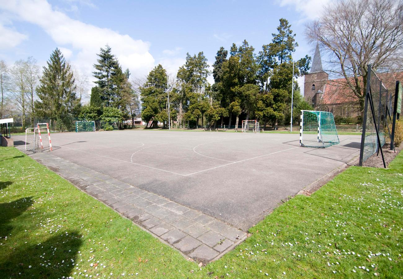 Een buiten-handbalveld, elders in Nederland.