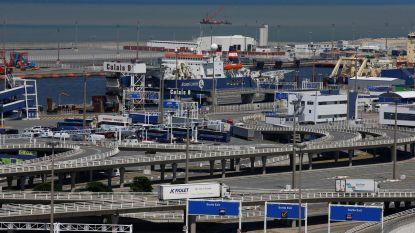 Acht onderkoelde migranten, onder wie vier minderjarigen, levend uit koelwagen gehaald in ferryterminal Calais