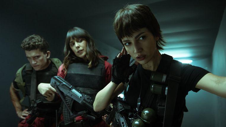 Denver (Jaime Lorente), Manilla (Belén Cuesta) en Tokio (Úrsula Corberó) in actie in de laatste afleveringen van 'La Casa de Papel'. Beeld Netflix