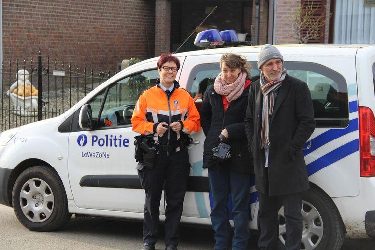 Politie-inspecteur Trees Watteny (links) legt uit aan Zomergemnaars uit hoe ze hun woning beter kunnen beveiligen. Docente Sanne Weckx (rechts) nam foto's.