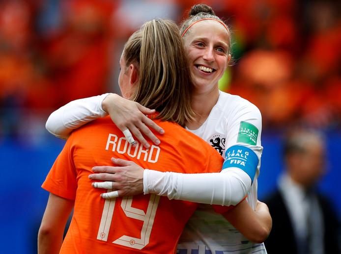 Blijdschap bij Sari van Veenendaal en Jill Roord na winst in de groepswedstrijd tegen Kameroen.