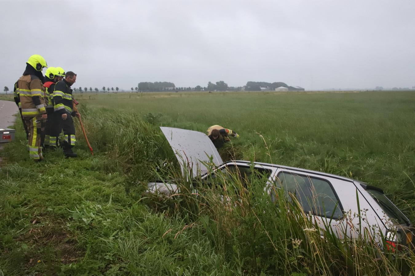 De auto belandde in de greppel na het ongeval in Lienden.