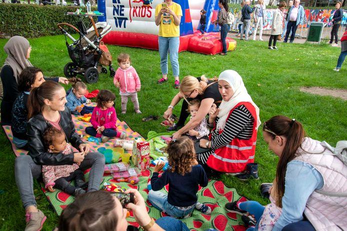 Moeders en peuters ontmoeten elkaar in het Westerpark. Foto Jan van Eijndhoven