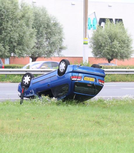 Auto over de kop op A12 bij Duiven