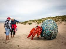 Reuzenkreeft van afval op het strand van Hoek van Holland: 'Er zitten heel veel patatvorkjes in'