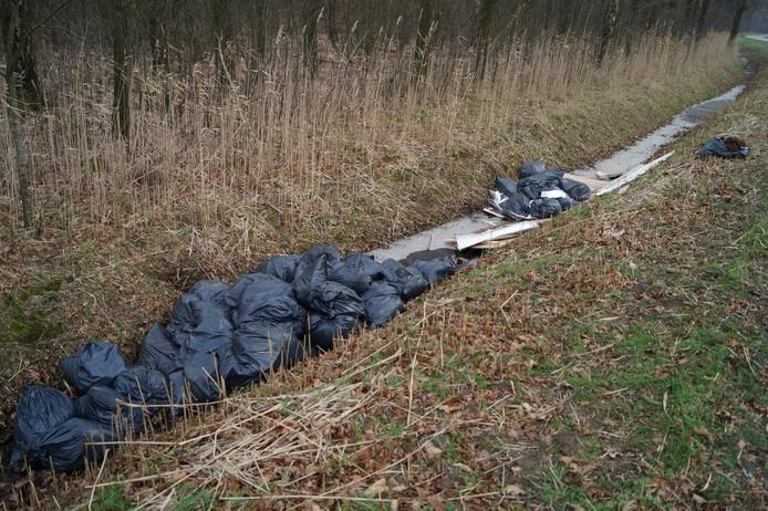 De 70 zakken lagen in een sloot in het buitengebied van Nieuwkuijk.