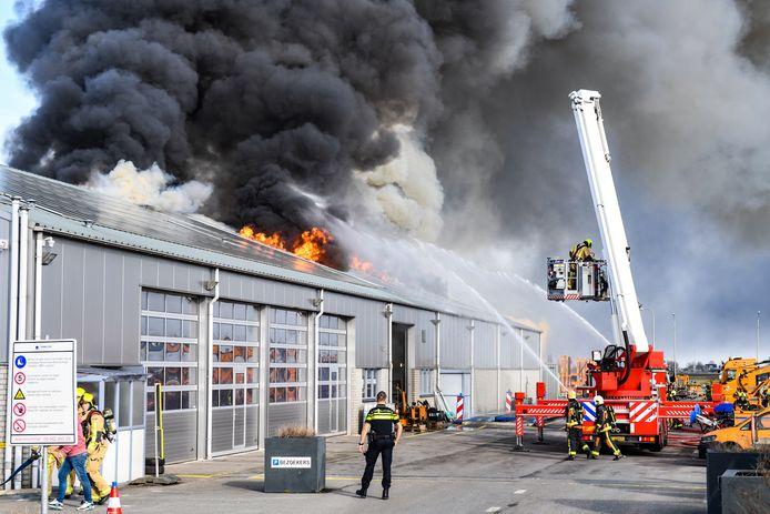 Er woedt een grote brand in een loods in Hazerswoude-Dorp.