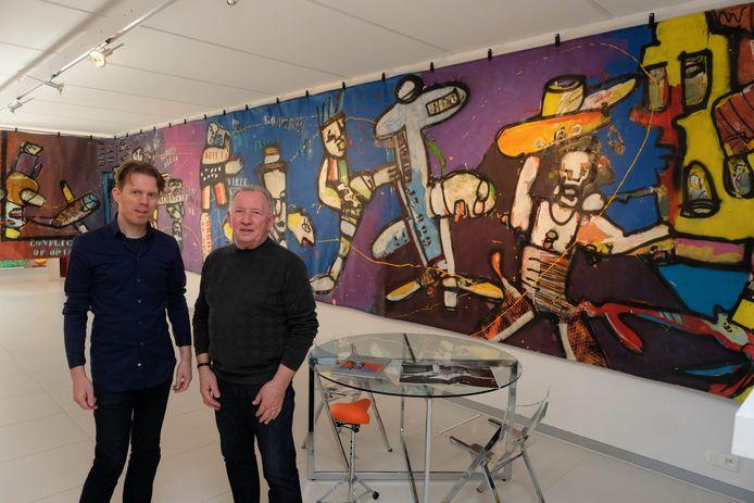 Julien en zoon Jiri Vanmeerbeeck bij het veertien meter lange schilderij van Herman Brood zaliger.