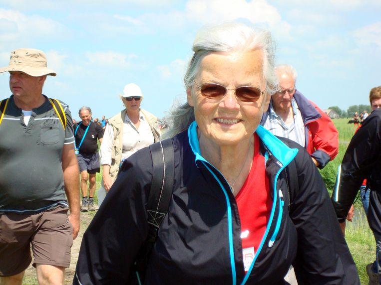 Josephine Boevé-van Doorn tijdens een van haar vele wandelingen. Beeld