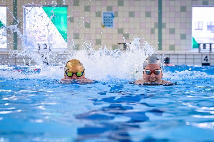 Vrijzwemmen is weer echt vrij zwemmen. In de Rotterdamse zwembaden, zoals hier in De Wilgenring, gelden geen coronamaatregelen meer. Kijken bij de zwemles mag ook weer.