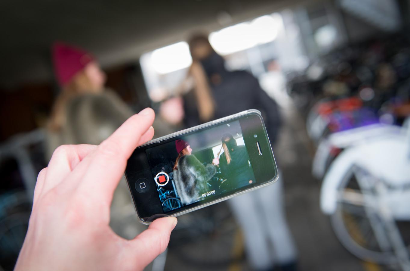 Een Helmondse beveiliger filmde vrouwen en meisjes van achteren omdat hij hen wilde waarschuwen voor mogelijk gevaar, zei hij.