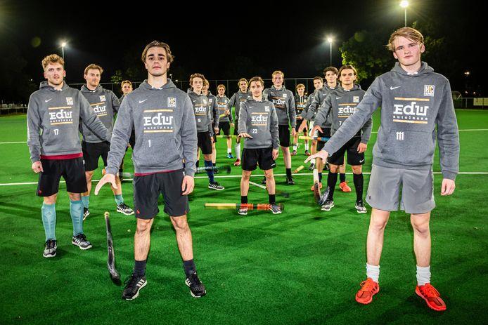 Heren 1 van de Alphense hockeyclub hebben hun voorlopig laatste training gehad op de club. Ze moeten hun conditie thuis op peil houden met oefeningen en hardlopen. De sticks komen er voorlopig niet aan te pas.