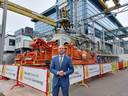 Wethouder Armand van de Laar staat bij de installatie van TNO die gebruikt wordt om technieken voor geothermie te testen. Rijswijk wil meer bedrijven aantrekken die zich bezighouden met schone energie. ,,Dit staat symbool voor welke kant we op willen met Rijswijk.''