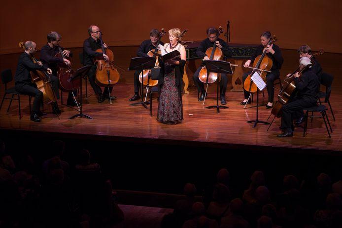 Een optreden van Johannette Zomer enkele jaren gelden in de Buitensociëteit van Theater Hanzehof in Zutphen.