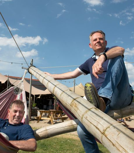 In een camper op tournee: directeuren toerismebureaus doen Appeltern aan voor talkshow