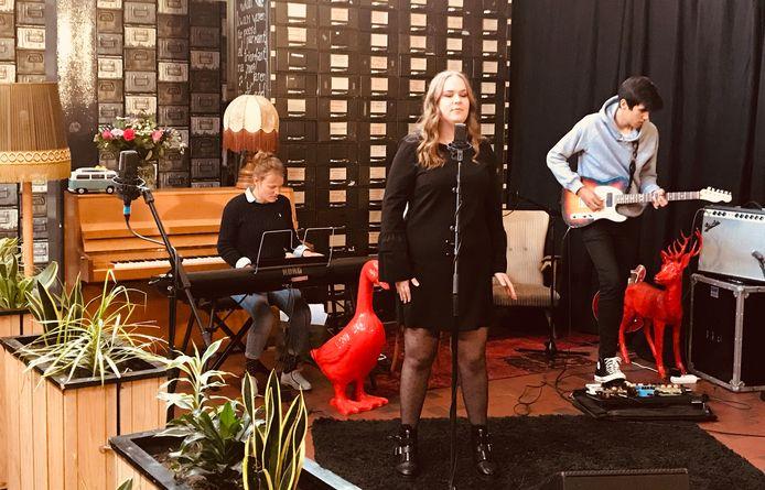 Fabiënne Kokken zingt 'I wish' van Stevie Wonder onder begeleiding van Jan van Overveld en Eva Smets.