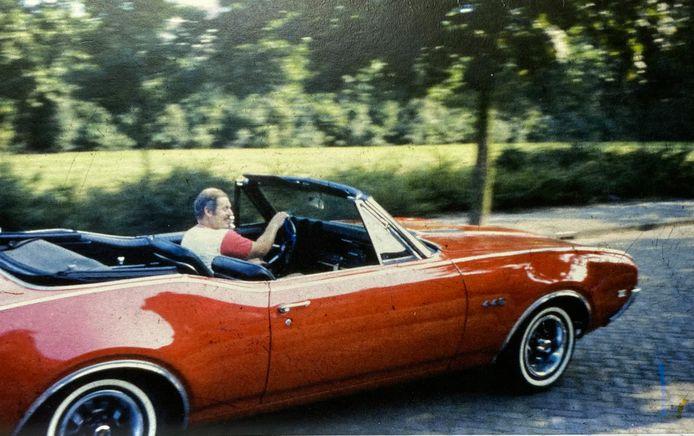 Piet van der Hamsvoort in zijn Oldsmobile.