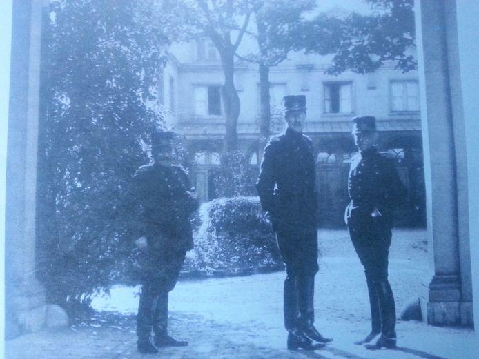 Koning Albert I (midden) aan het paleis op de Meir, waar hij destijds verbleef.