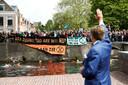 Willem-Alexander zwaaide de demonstranten toe.