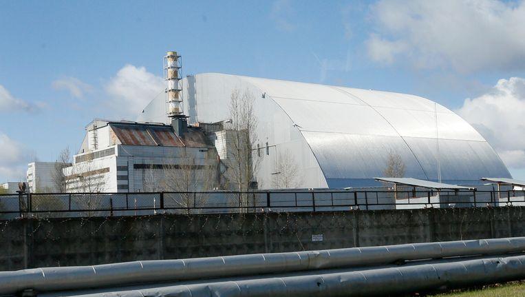 Een schild is over de geëxplodeerde reactor in Tsjernobyl gebouwd. Beeld AP