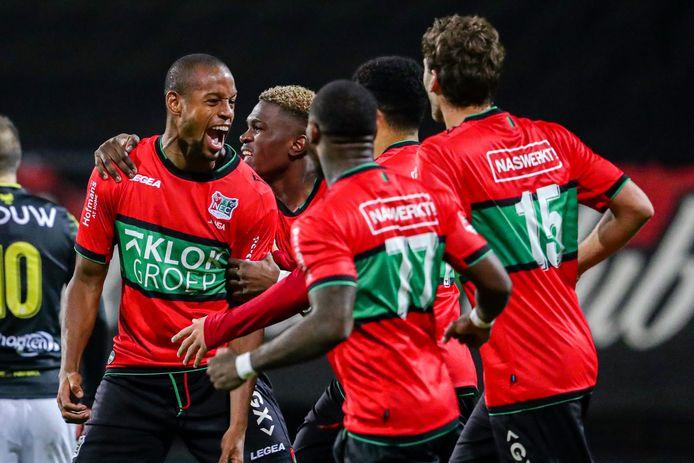 NEC-spits Rangelo Janga schreeuwt het uit na zijn doelpunt tegen Go Ahead Eagles. Kevin Bukusu (tweede van links) en Javier Vet (15) juichen mee. Alle drie zijn na een positieve coronatest weer terug bij NEC.