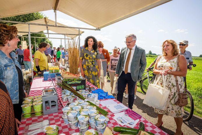 Feestelijke opening Geef-kleur-door-straat met speciale gasten zoals tv-chef Nadia Zerouali (midden), gedeputeerde Gert Harm ten Bolscher (midden) en wethouder Trijn Jongman (rechts). Mensen konden gratis een tasje vullen met groente en fruit.