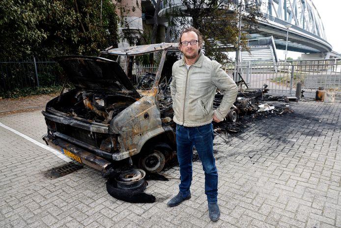 Marcus Doorman naast zijn uitgebrande camper