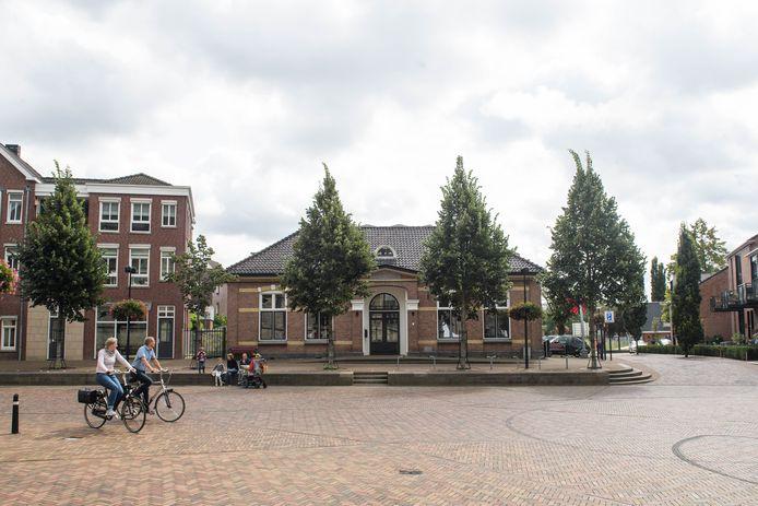 """Gemeente en Oldenzaal Promotie gaan snel om tafel zitten met de eigenaren van het vroegere schoolpand en VVV-gebouw aan het Plechelmusplein. """"Om te bespreken hoe de binnenstad aantrekkelijker en levendiger kan worden gemaakt."""""""