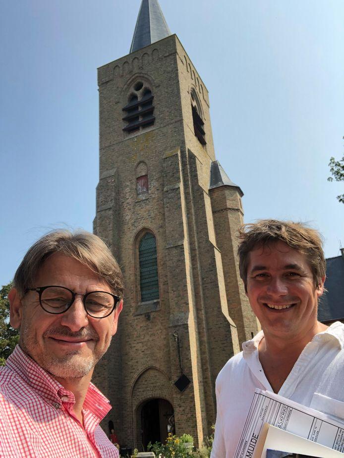 Wouter en Sven bij de kerk van Kaaskerke waarin je deze zomer zal kunnen overnachten.