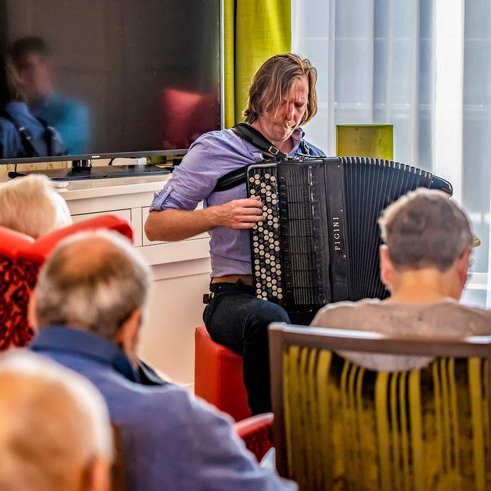 JazzBoZ werkt samen met tanteLouise. Vandaag is er een accordeonist bij Hof van Nassau.