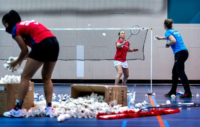 Badmintonster Selena Piek krijgt tijdens de training op Papendal shuttles aangegooid door collega Imke van der Aar. Piek kwam bij de Olympische Spelen van Rio de Janeiro uit in het dubbel- en het gemengd dubbelspel en hoopt ook in Tokio mee te doen. Nog 221 dagen tot Tokio. Beeld Klaas Jan van der Weij