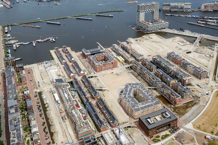 Nieuwbouw in de voormalige Houthaven nabij het centrum. De stad bouwt te weinig betaalbare huizen voor middengroepen, die hun heil steeds vaker buiten Amsterdam zoeken.  Beeld Hollandse Hoogte /  ANP DUTCHPHOTO