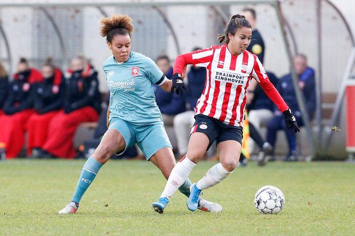 Licia Darnoud (links) in dienst van FC Twente in duel met Naomi Pattiwael van PSV in het duel van vorig jaar december.
