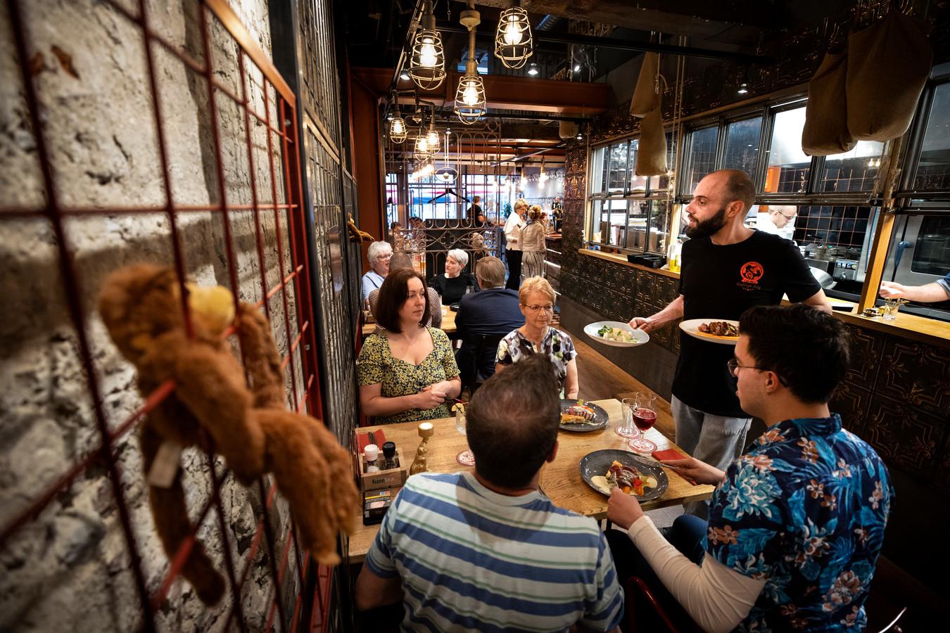 Bij de Deftige Aap worden de gerechten geserveerd met zicht op de open keuken.