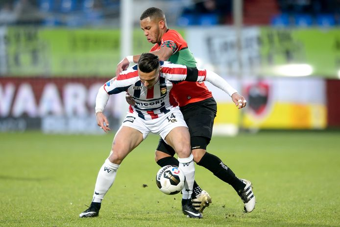 Jordy Croux schermt de bal af voor Gregor Breinburg van NEC tijdens NEC - Willem II in januari 2017.