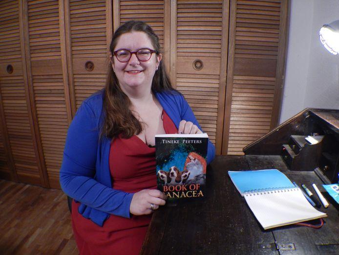 Tineke Peeters met het eerste boek dat ze zelf uitgeeft.