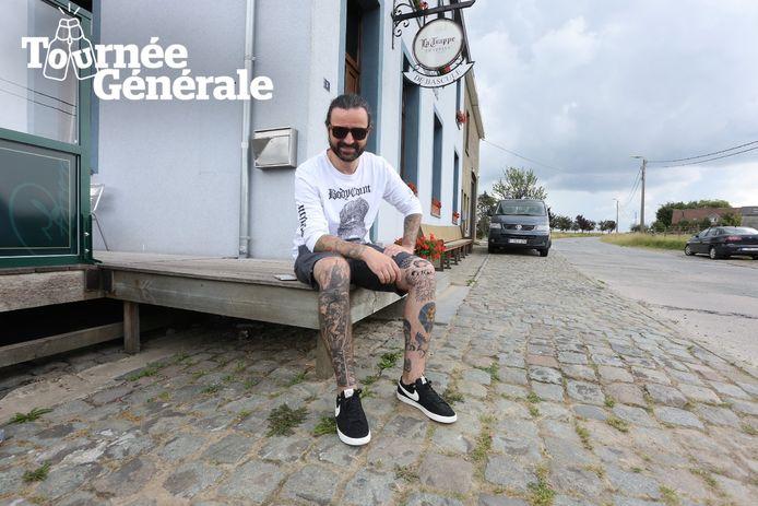Jeroen Camerlynck van Fleddy Melculy drinkt zijn eerste pint in café De Bascule in Bellingen.