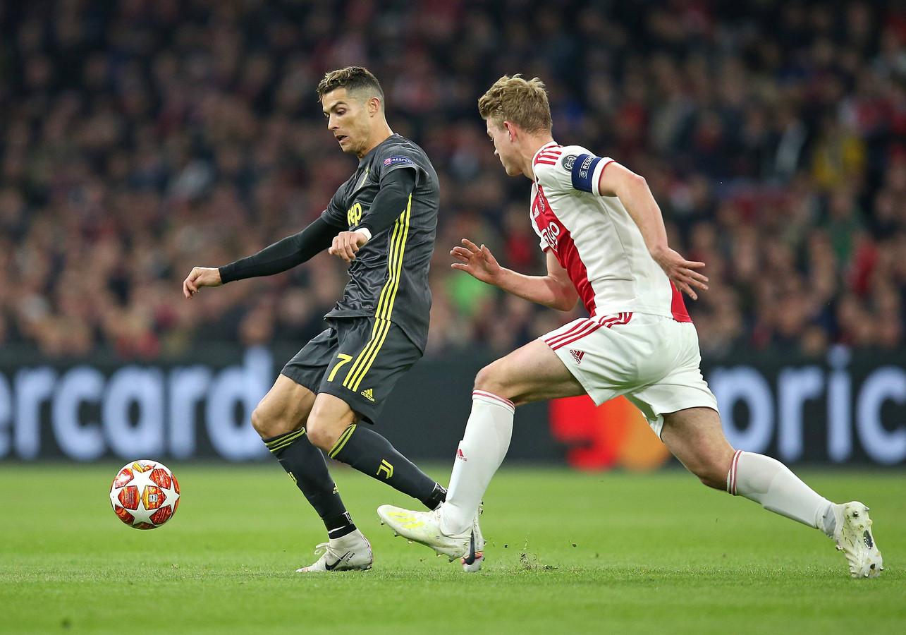 Matthijs de Ligt in duel met Cristiano Ronaldo