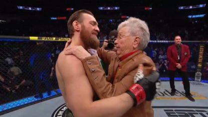 """Conor McGregor viert rentree met snelle knock-out en geeft grootmoeder van tegenstander troostknuffel: """"Ik heb veel respect voor haar"""""""