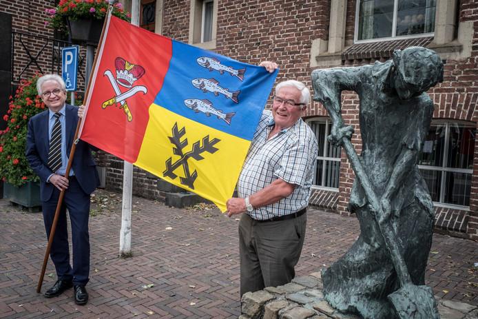 Burgemeester Willem Gradisen en Piet Martens met de vlag van Pribyslav. Martens werd in 2014 benoemd tot ereburger van het Tsjechische stadje vanwege zijn inzet voor de stedenband.