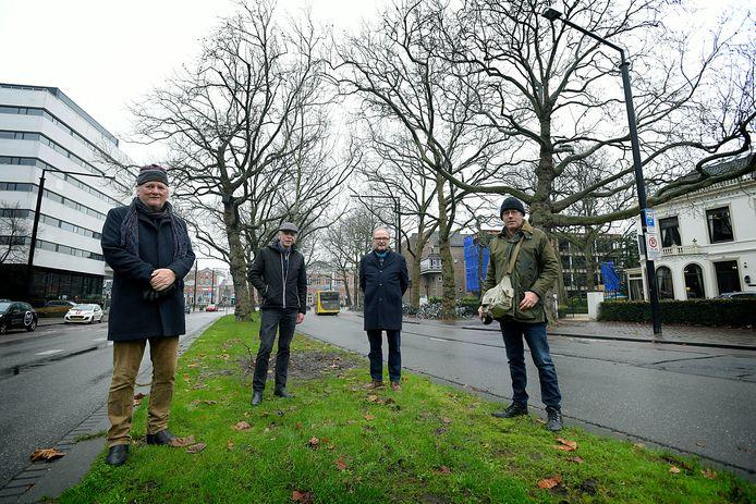 De Bomenridders: vlnr Dirk van Burgel, John Steegh, Willibrord Weijmar Schultz en Willem Anker: ,,Wij maken niet meer mee dat jonge boompjes zo mooi worden als deze op de Stationsweg.''