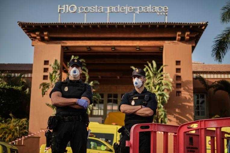 Politieagenten voor het H10 Costa Adeje Palace hotel in la Caleta, Tenerife, op 26 februari 2020.  Beeld AP