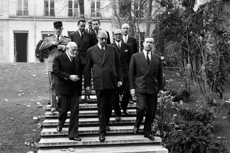 De Franse oud-president Charles de Gaulle (midden) bezoekt de ENA in 1959. Beeld AFP