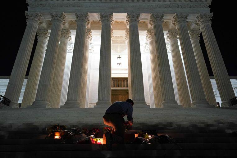 Bij het Amerikaanse hooggerechtshof hebben mensen na de dood van rechter Ruth Bader Ginsburg een herdenkingsplaats ingericht. Beeld AFP