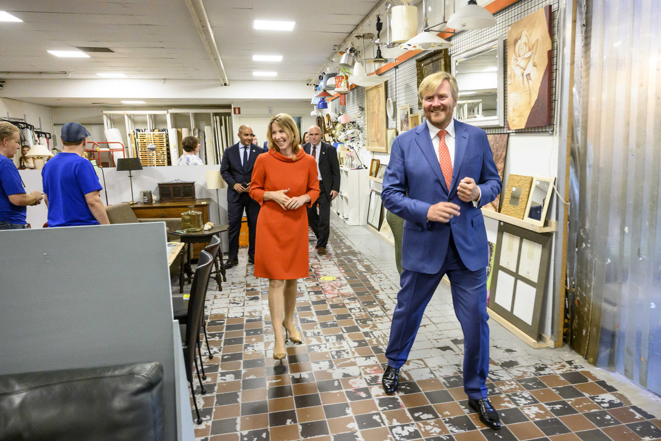 Koning Willem-Alexander en staatssecretaris Van Veldhoven brachten een bezoek aan La Poubelle in Tilburg en Schijvens Corporate Fashion in Hilvarenbeek.